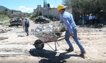 Pascual Charrez acarreando cemento participó en colado de  puente vehícular.