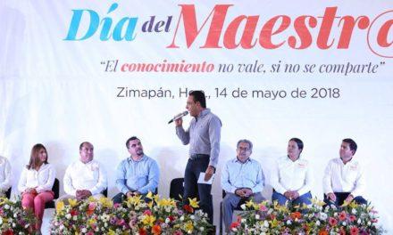 GOBERNADOR FESTEJA A LOS MAESTROS EN HIDALGO