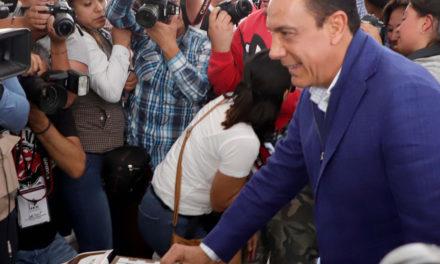 En compañía de su esposa Victoria Ruffo y sus hijos, Omar Fayad emitió su voto