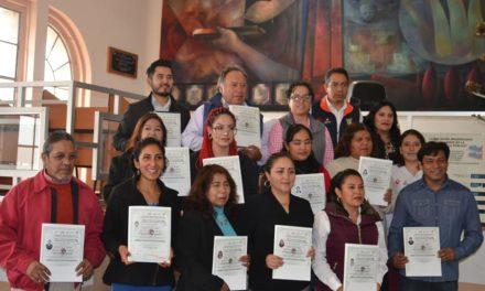 Gobierno de Tepeji entrega certificados a emprendedores del municipio.